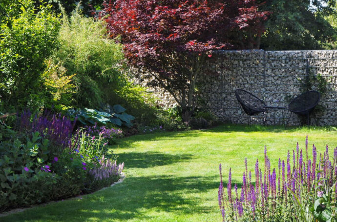 Rasenkante mit Natursteinquadern